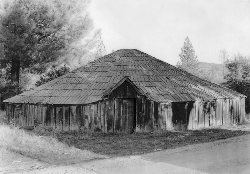 Me-Wuk_round_house_front_view_1947